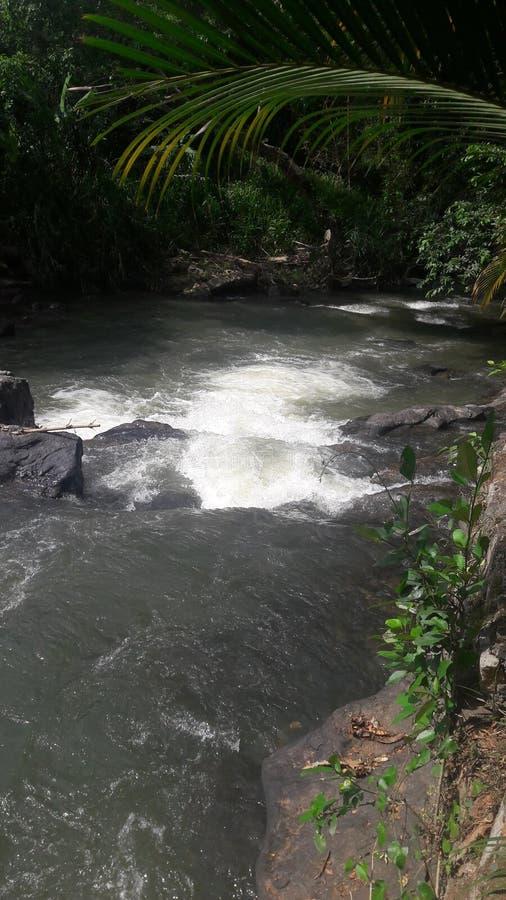 Το νερό του ποταμού ρέει κάτω από τις γρήγορες αφές ενάντια στους βράχους και γίνοντας άσπρο στοκ φωτογραφίες με δικαίωμα ελεύθερης χρήσης