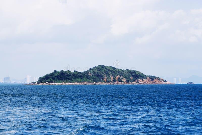 Το νησί περιβάλλεται από την μπλε θάλασσα, τον ελαφρύ ουρανό και τα ομιχλώδη σύννεφα στοκ φωτογραφίες με δικαίωμα ελεύθερης χρήσης