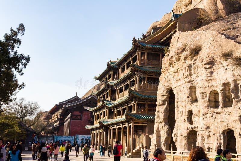 Το Νοέμβριο του 2014 - Datong, Κίνα - τουρίστες που εξερευνούν το Yungang Grottoes στοκ φωτογραφία