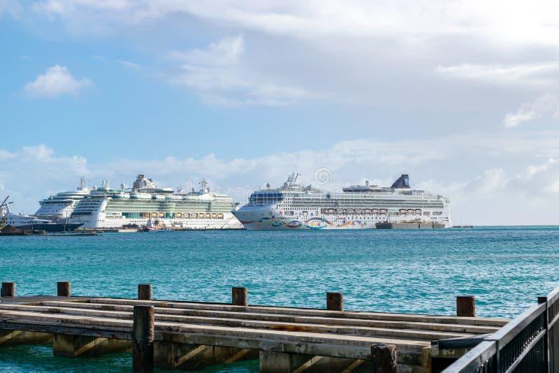 Το νορβηγικό αστέρι NCL, το βασιλικό καραϊβικό κόσμημα και οι βασιλικές Καραϊβικές Θάλασσες κάνουν καντάδα τα κρουαζιερόπλοια που στοκ φωτογραφίες