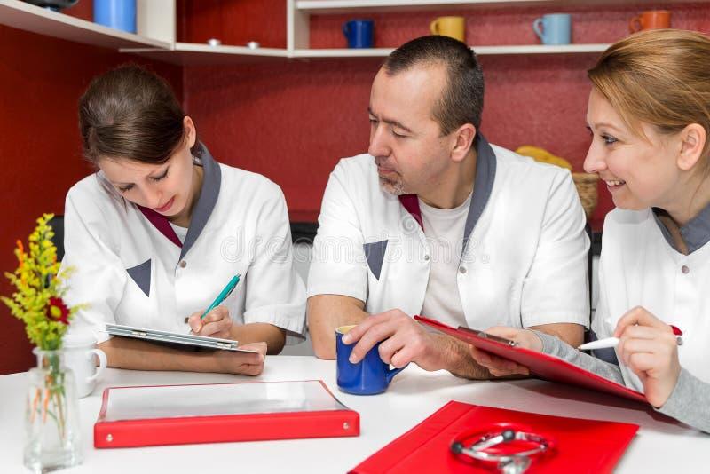 Το νοσηλευτικό προσωπικό κάνει το διάλειμμα στοκ εικόνα