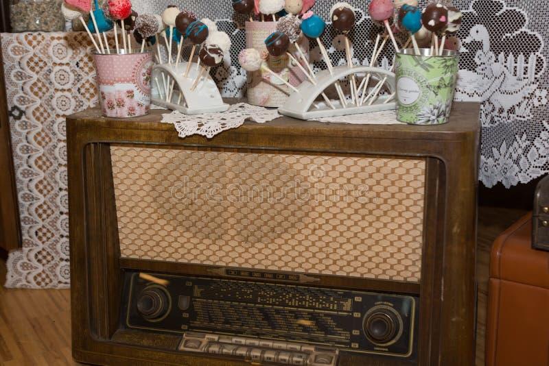 Το νοσταλγικό αναδρομικό ραδιόφωνο με το κέικ σκάει στοκ φωτογραφίες