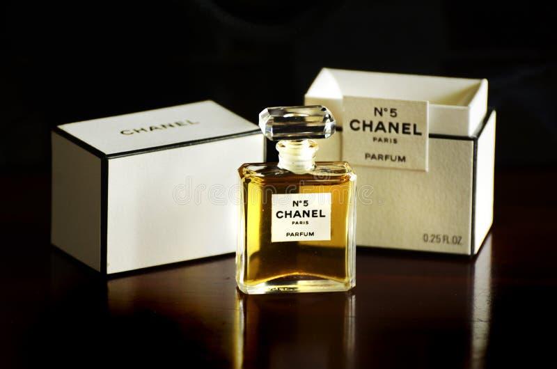 Το Νο 5 γαλλικό κιβώτιο μπουκαλιών parfum αρώματος της Chanel απομόνωσε το σκοτεινό υπόβαθρο στοκ εικόνα με δικαίωμα ελεύθερης χρήσης