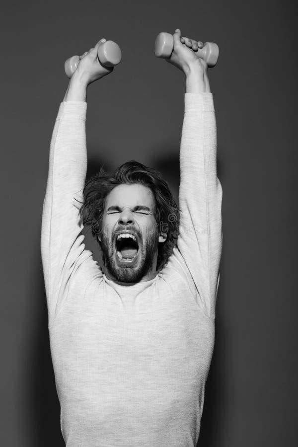 το νυσταλέο άτομο με το barbell που κάνει την άσκηση πρωινού, έχει την uncombed τρίχα στοκ φωτογραφίες με δικαίωμα ελεύθερης χρήσης