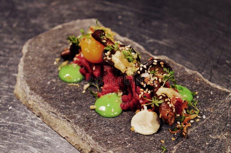 Το νόστιμο Σκανδιναβικό πιάτο με ακατέργαστο συναντιέται στοκ εικόνες