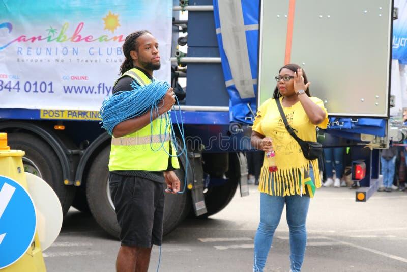 Το Νότινγκ Χιλ καρναβάλι, οι εργαζόμενοι γεγονότος ανησυχεί στεμένος δίπλα στο φορτηγό στοκ εικόνα με δικαίωμα ελεύθερης χρήσης