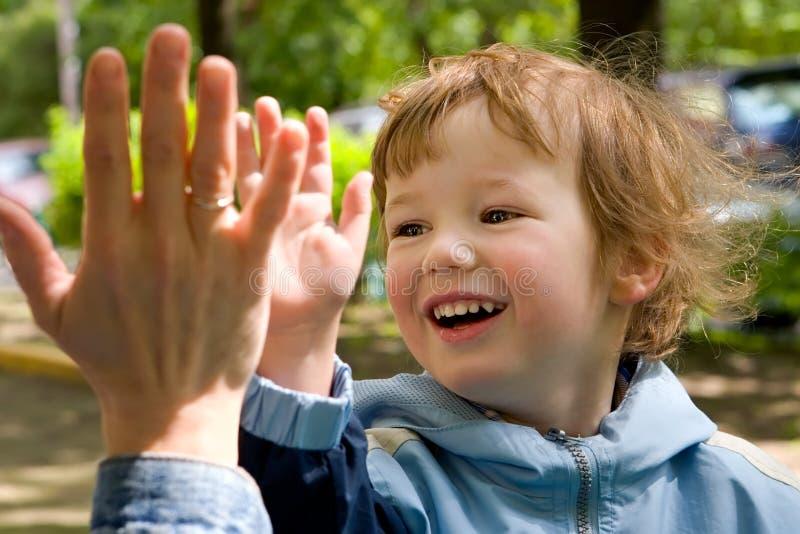 το ξένοιαστο παιδί mum παίζε&iota στοκ εικόνες
