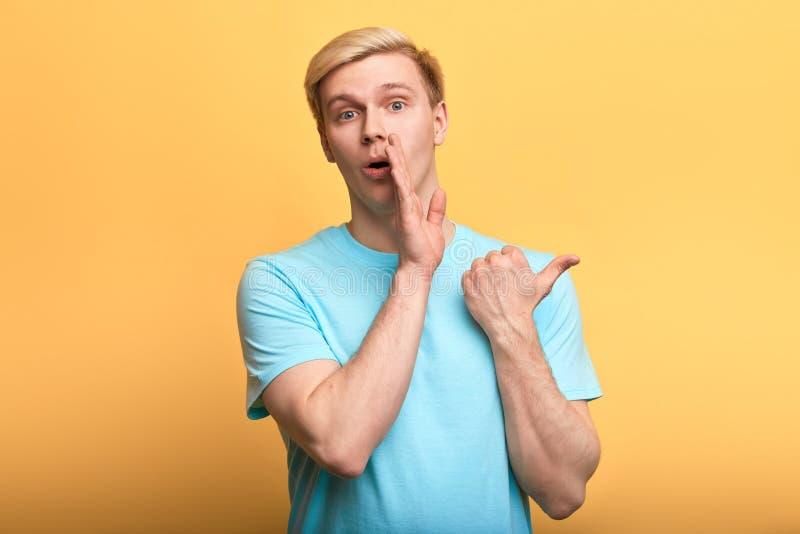 Το ξανθομάλλες κουτσομπολιό ψιθύρων ατόμων, λέει το μυστικό με τη χειρονομία χεριών στοκ εικόνες με δικαίωμα ελεύθερης χρήσης