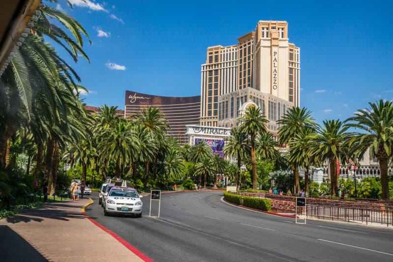Το ξενοδοχείο αντικατοπτρισμού και το ταξί χαρτοπαικτικών λεσχών παίρνουν την περιοχή στοκ εικόνα