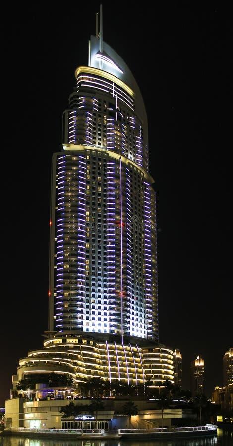 Το ξενοδοχείο διευθύνσεων στο στο κέντρο της πόλης Ντουμπάι στη νύχτα στοκ φωτογραφία με δικαίωμα ελεύθερης χρήσης