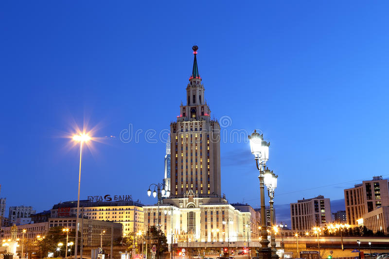 Το ξενοδοχείο Leningradskaya Hilton στην πλατεία Komsomolskaya, έχει χτιστεί το 1954 νύχτα Μόσχα Ρωσία στοκ εικόνες με δικαίωμα ελεύθερης χρήσης