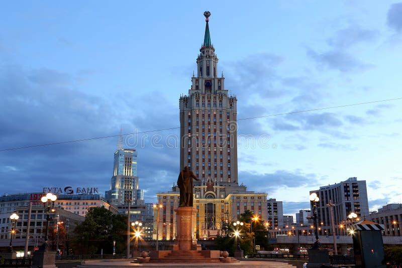 Το ξενοδοχείο Leningradskaya Hilton στην πλατεία Komsomolskaya, έχει χτιστεί το 1954 νύχτα Μόσχα Ρωσία στοκ φωτογραφία με δικαίωμα ελεύθερης χρήσης