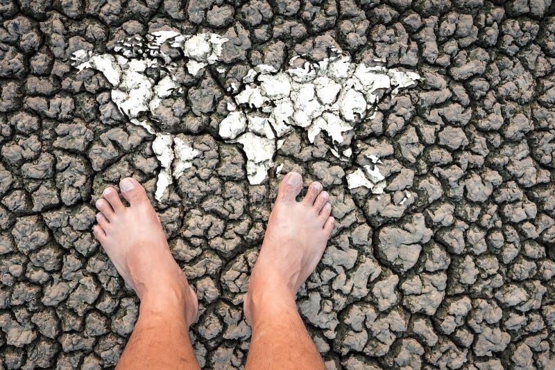 Το ξηρό πόδι εδάφους αργίλου ο παγκόσμιος χάρτης παρουσιάζει την ξηρασία στοκ φωτογραφίες με δικαίωμα ελεύθερης χρήσης