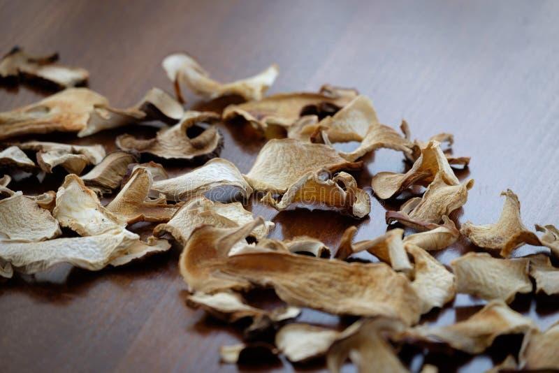 Το ξηρό boletus μανιτάρι τεμαχίζει τη σύσταση υποβάθρου τροφίμων στοκ εικόνα