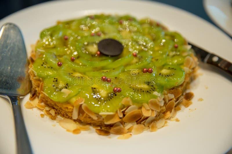 Το ξινό κέικ ακτινίδιων με τα αμύγδαλα στοκ εικόνες