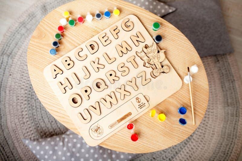 Το ξύλινο αλφάβητο των παιδιών βρίσκεται στον πίνακα στοκ φωτογραφία με δικαίωμα ελεύθερης χρήσης