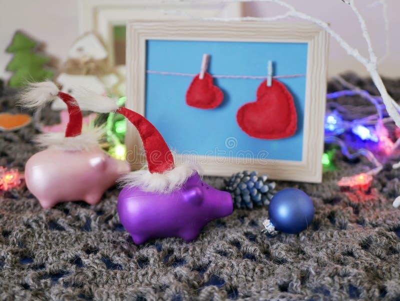Το ξύλινο κενό πλαίσιο σε ένα της υφής πλεκτό υπόβαθρο που διακοσμήθηκε με τον αναμμένο φωτισμό, ντεκόρ Χριστουγέννων, αισθάνθηκε στοκ φωτογραφίες