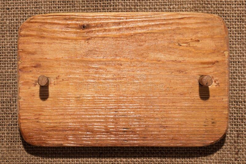 Το ξύλινο πλαίσιο φιαγμένο από ελαφρύ ξύλο με το ξύλινο φίμωμα βρίσκεται burlap στοκ φωτογραφίες με δικαίωμα ελεύθερης χρήσης