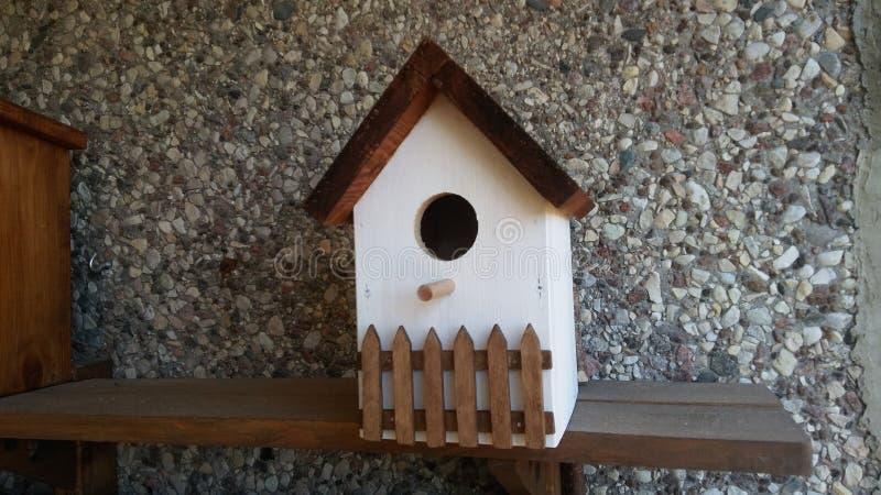 Το ξύλινο σπίτι πουλιών περιμένει στοκ φωτογραφία