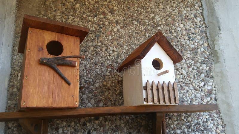 Το ξύλινο σπίτι πουλιών περιμένει στοκ εικόνα με δικαίωμα ελεύθερης χρήσης