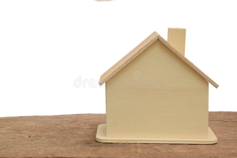 Το ξύλινο σπίτι στο ξύλινο πάτωμα απομονώνει στο άσπρο υπόβαθρο στοκ εικόνες