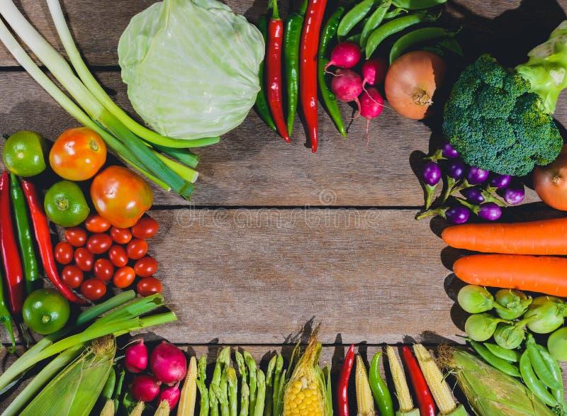 Το ξύλινο τραπέζι με φρέσκα νόστιμα και υγιεινά λαχανικά με βαρέλια στοκ φωτογραφία με δικαίωμα ελεύθερης χρήσης
