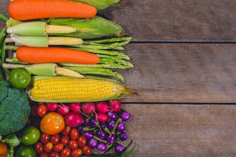 Το ξύλινο τραπέζι με φρέσκα νόστιμα και υγιεινά λαχανικά με βαρέλια στοκ εικόνες