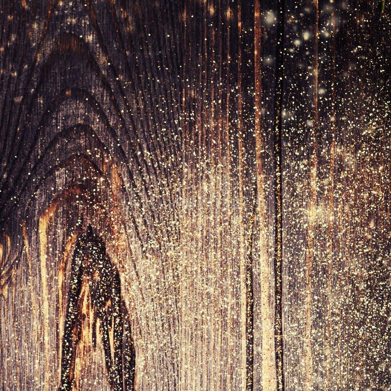 Το ξύλινο κατασκευασμένο υπόβαθρο με χρυσό ακτινοβολεί Ξύλινα Χριστούγεννα στοκ εικόνες με δικαίωμα ελεύθερης χρήσης