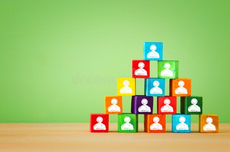 το ξύλο εμποδίζει την πυραμίδα με τα εικονίδια ανθρώπων, τα ανθρώπινα δυναμικά και τη διοικητική έννοια στοκ εικόνα με δικαίωμα ελεύθερης χρήσης