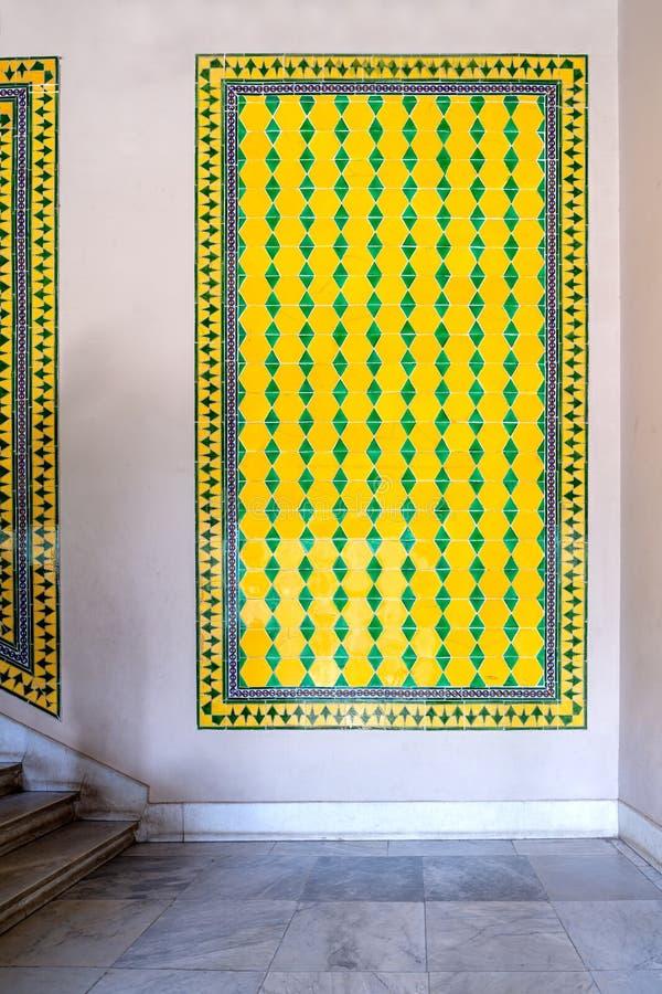 Το οθωμανικό ύφος βερνίκωσε τα κεραμικά κεραμίδια που διακοσμήθηκαν με τις floral διακοσμήσεις που κατασκευάστηκαν σε Iznik, Τουρ στοκ φωτογραφία