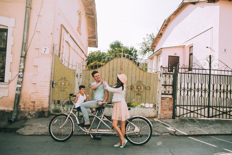 Το οικογενειακό ποδήλατο περιοδεύει το διπλάσιο στοκ φωτογραφίες