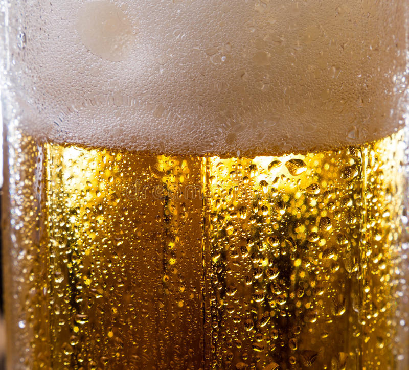 Το οινόπνευμα πίνει την μπύρα στη μακρο εικόνα με τα σπινθηρίσματα και τον αφρό στοκ εικόνες