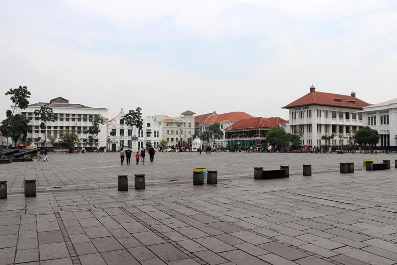 Το ολλανδικό αποικιακό κτήριο και οι ντόπιοι περπατούν μέσω της πλατείας Fatahillah στην παλαιά πόλη, Τζακάρτα στοκ φωτογραφίες με δικαίωμα ελεύθερης χρήσης