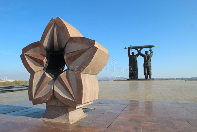 Το οπίσθιος-μπροστινό μνημείο στην πόλη Magnitogorsk, Ρωσία στοκ εικόνα με δικαίωμα ελεύθερης χρήσης