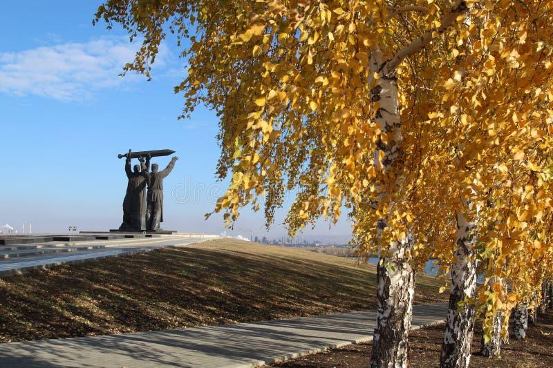 Το οπίσθιος-μπροστινό μνημείο στην πόλη Magnitogorsk, Ρωσία στοκ φωτογραφία