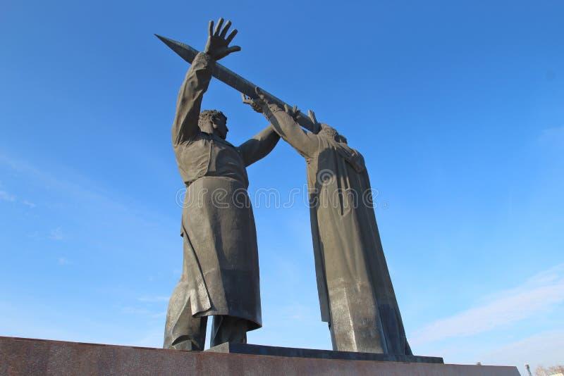 Το οπίσθιος-μπροστινό μνημείο στην πόλη Magnitogorsk, Ρωσία στοκ εικόνες με δικαίωμα ελεύθερης χρήσης