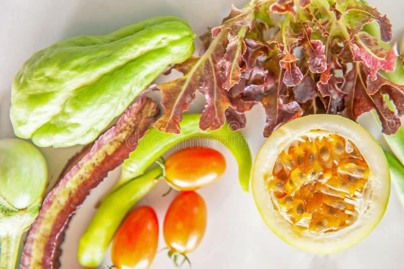Το οργανικό φρέσκο επίπεδο φρούτων και λαχανικών βάζει στη Λευκή Βίβλο στοκ εικόνες