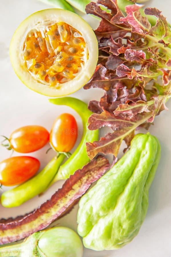 Το οργανικό φρέσκο επίπεδο φρούτων και λαχανικών βάζει στη Λευκή Βίβλο στοκ φωτογραφίες