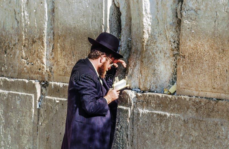 Το ορθόδοξο εβραϊκό άτομο προσεύχεται στο δυτικό τοίχο στοκ εικόνα