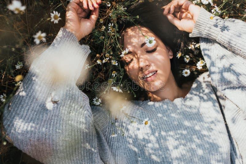 Το οριζόντιο πορτρέτο κινηματογραφήσεων σε πρώτο πλάνο ενός ελκυστικού καυκάσιου χαμόγελου γυναικών και αισθάνεται ελεύθερο και ό στοκ εικόνες με δικαίωμα ελεύθερης χρήσης