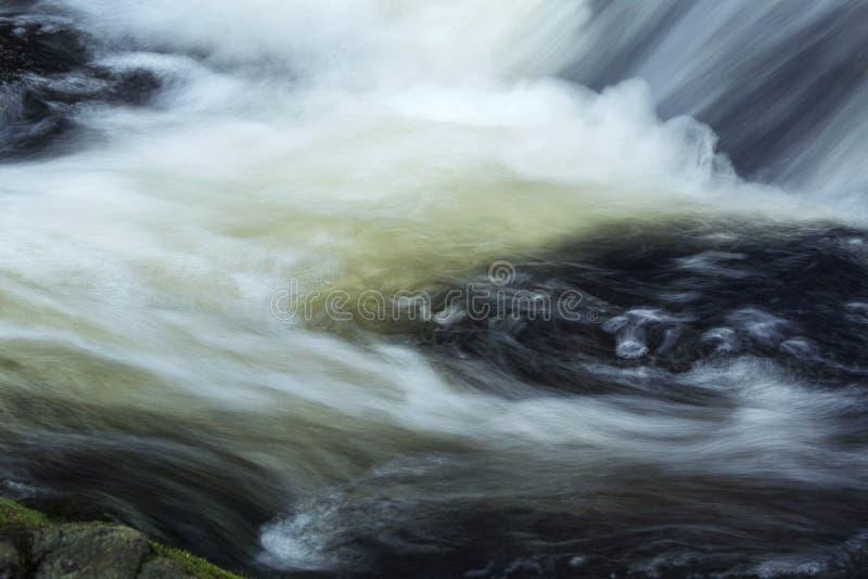 Το ορμώντας νερό στη βάση του ξυλουργού ` s εμπίπτει σε Granby, Connecticu στοκ φωτογραφία