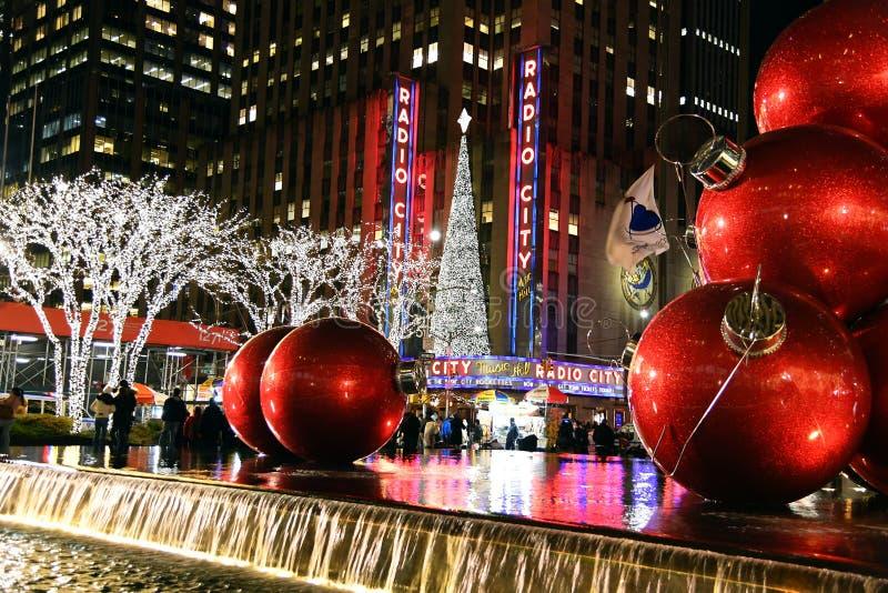 Το ορόσημο πόλεων της Νέας Υόρκης, ραδιο μέγαρο μουσικής πόλεων στο κέντρο Rockefeller διακόσμησε με τις διακοσμήσεις Χριστουγένν στοκ εικόνα