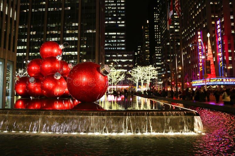 Το ορόσημο πόλεων της Νέας Υόρκης, ραδιο μέγαρο μουσικής πόλεων στο κέντρο Rockefeller διακόσμησε με τις διακοσμήσεις Χριστουγένν στοκ εικόνα με δικαίωμα ελεύθερης χρήσης