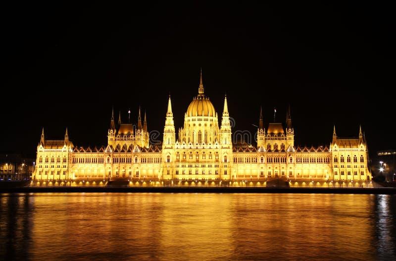 το ουγγρικό Κοινοβούλιο νύχτας της Βουδαπέστης απεικόνιση αποθεμάτων