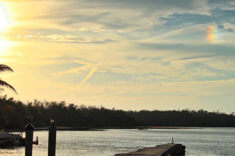 Το ουράνιο τόξο εμφανίζεται στον ουρανό ηλιοβασιλέματος πέρα από το πάρκο rv στο κλειδί μαραθωνίου στοκ φωτογραφία με δικαίωμα ελεύθερης χρήσης