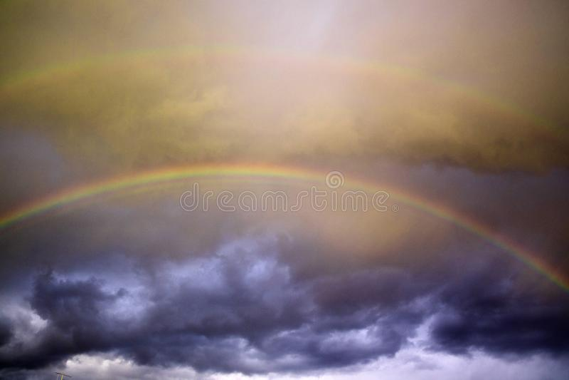Το ουράνιο τόξο μετά από τη θύελλα στοκ φωτογραφία