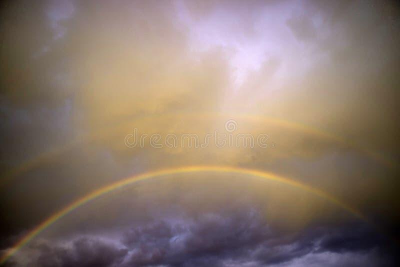 Το ουράνιο τόξο μετά από τη θύελλα στοκ εικόνες