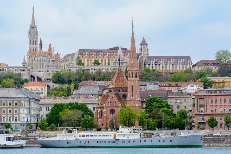 Το οχυρό με τους πύργους είναι η στηργμένος θέση των κατοίκων της Βουδαπέστης από τις προσφορές γεφυρών παρατήρησης μια όμορφη άπ στοκ φωτογραφίες
