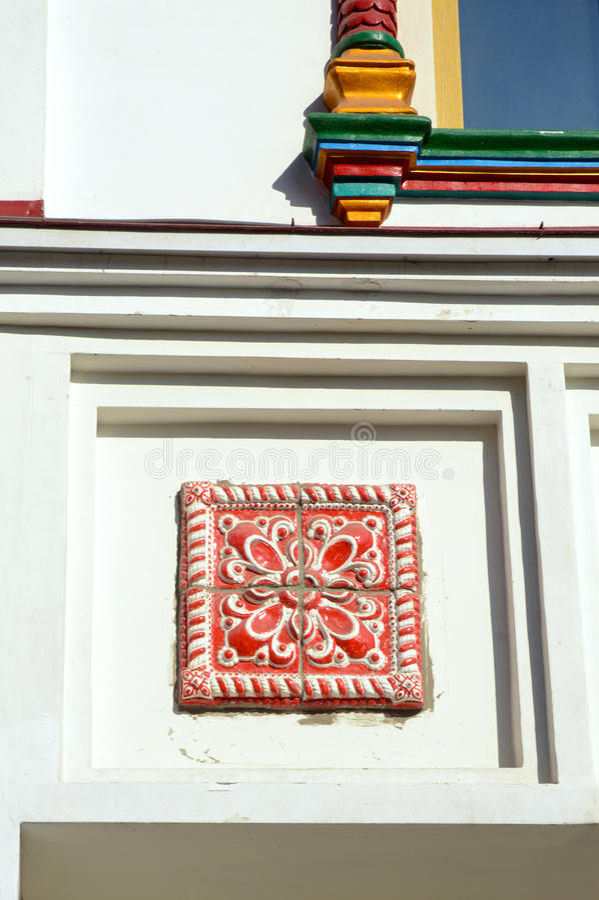 Το ολλανδικό κεραμίδι στο άσπρος-πέτρινο κτήριο στοκ φωτογραφίες