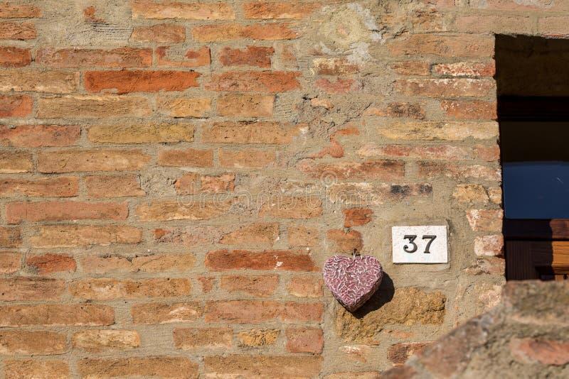 Το οδικό σημάδι σε ένα σπίτι που διαβάζει τον αριθμό τριάντα επτά έκανε από τα μεταλλικά ψηφία σε μια μαρμάρινη βάση στοκ φωτογραφία με δικαίωμα ελεύθερης χρήσης